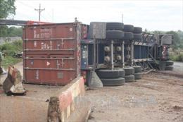 Bình Phước: Xe container mất lái lật nhào giữa đường lúc nửa đêm