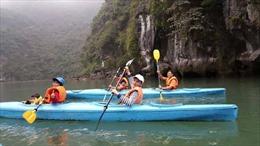 Cấm dịch vụ chèo thuyền kayak trên vịnh Hạ Long là không hợp lý