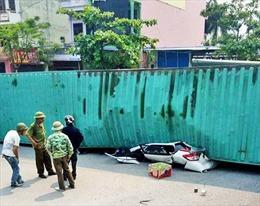 Nam Định: Xe container phanh gấp, lật đè bẹp xe ô tô khiến 2 người tử vong