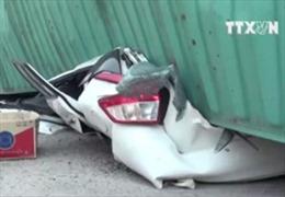 Kinh hoàng vụ container đè bẹp ô tô, 2 người chết tại chỗ
