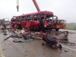 Lật xe giường nằm trên QL 1A , 2 người chết, nhiều người bị thương