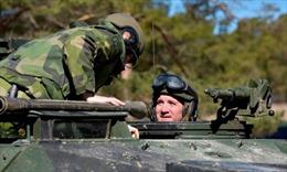 Phát tín hiệu cứng rắn, Thủ tướng Thụy Điển bất ngờ tới đảo Gotland lái xe tăng