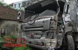 Xe tải đâm trực diện rồi cuốn xe máy vào gầm, 2 người tử vong