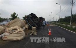 Đồng Nai: Xe container 'phơi bụng' giữa đường, ùn tắc nghiêm trọng
