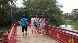 Du khách 'hở hang' được mượn áo choàng miễn phí tham quan đền Ngọc Sơn