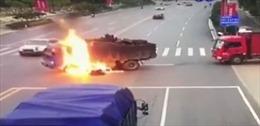 Bị xe máy đâm thẳng vào bình xăng, xe ben bốc cháy ngùn ngụt