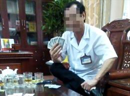 Ninh Bình: Xem xét điều chuyển công tác đối với giám đốc bệnh viện lộ clip đánh bài ăn tiền