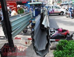 Xe ba gác chở tôn cứa người đi đường thương nặng