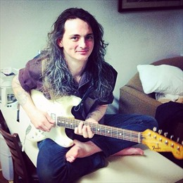Nhạc sĩ tự thiêu, phát trực tiếp trên Facebook qua đời
