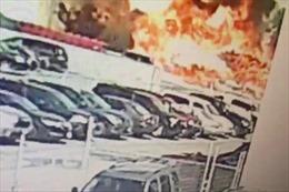 Khoảnh khắc máy bay Mỹ lao xuống gần bãi đỗ xe, nổ như bom