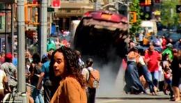 Khoảnh khắc 'xe điên' New York húc vào cột, 'bay' khỏi mặt đất