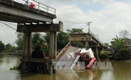 Xe tải chở hàng gây sập cầu tại Long An, giao thông tê liệt