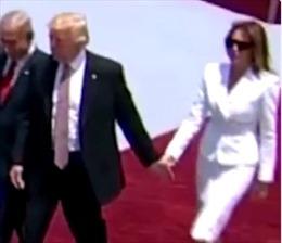 Giải mã hành động không chịu nắm tay chồng của Đệ nhất Phu nhân Melania Trump