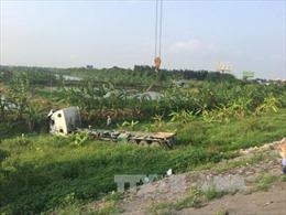 Hải Dương: Xe container mất lái lao xuống chân cầu