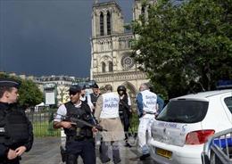 Thông tin mới nhất về thủ phạm vụ tấn công bên ngoài nhà thờ Đức Bà ở Paris