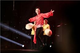 Thần tượng Bolero vòng bán kết:  Đàm Vĩnh Hưng nằm dài trên sân khấu nghe Triều Quân hát và nhảy sung
