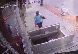 Nguy kịch vì mải nhắn tin điện thoại, lộn cổ xuống hố gần 2 mét