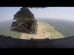 Xem Không quân Mỹ thả xe bọc thép Humvees từ độ cao trên 1,5km xuống đất