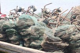 Tiêu hủy 15 bộ lồng bát quái khai thác thủy sản trái phép tại Móng Cái