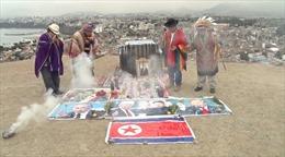 Xem pháp sư Peru rải lá, thổi khói cầu hòa bình cho Mỹ và Triều Tiên