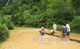 Cao Bằng: Người dân phải dùng bè vượt qua tỉnh lộ 204 khi có mưa to