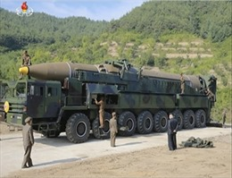 Bất ngờ với hành động của ông Kim Jong-un ngay cạnh tên lửa liên lục địa