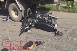 Phóng nhanh đâm vào xe tải đang đỗ, hai người thương vong