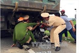 Ninh Thuận: Xe máy đâm vào xe tải, 3 người trọng thương