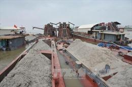 Liên tiếp bắt quả tang ghe khai thác cát trái phép trên sông Thu Bồn