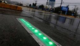 Kỳ lạ đèn giao thông gắn trên mặt đường cho người 'nghiện' di động