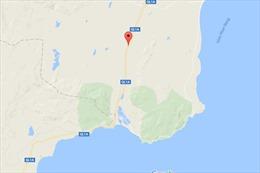 Xe tải mất lái lao thẳng xuống sông Dinh, hai người bị thương nặng