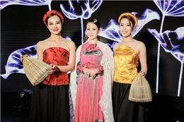 Hoa hậu Sương Đặng diện áo dài hoa sen trong chương trình 'Sài Gòn đêm thứ 7'