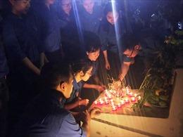 Nghĩa trang Chúc Sơn bừng sáng trong đêm bởi những ngọn nến tri ân