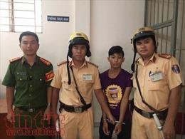 Cảnh sát giao thông tóm gọn tên cướp giật điện thoại của du khách nước ngoài