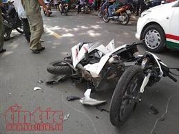 Hai xe máy chạy với tốc độ cao đâm vào xe khác, 2 người bị thương nặng