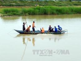 Sóng lớn đánh lật thuyền, một người mất tích giữa dòng sông Đà