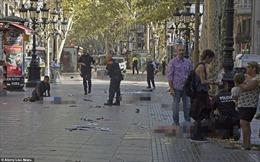 Cận cảnh hiện trường vụ đâm xe khủng bố đẫm máu tại Barcelona