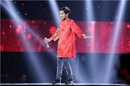 Tập 4 The Voice Kids 2017: Soobin Hoàng Sơn hạnh phúc ôm siết cậu bé hát 'Mái đình làng biển'