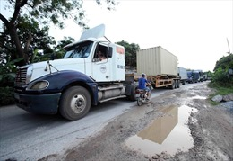 Xe tải 'né' trạm thu phí BOT Quốc lộ 5, đường 380 bị 'băm nát'