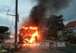 Xe khách bất ngờ bốc cháy dữ dội, hàng chục người thoát nạn