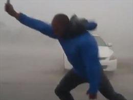 Phóng viên đưa tin giữa cơn bão 200 km/h suýt bị gió thổi bay người
