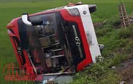 Xe khách lật nhào xuống ruộng, 4 người bị thương