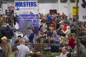 Nhộn nhịp hội chợ súng tại Mỹ 2 ngày sau vụ thảm sát