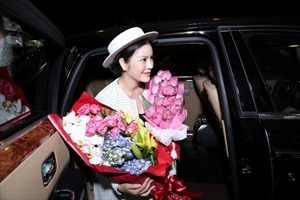 Lý Nhã Kỳ được chào đón nồng nhiệt tại sân bay Tân Sơn Nhất