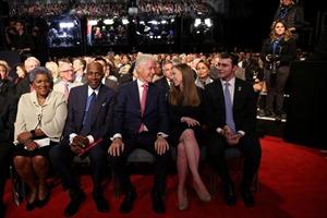 Dàn nhân vật quyền lực ngồi dưới xem Clinton-Trump tỷ thí