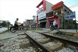 """Tai nạn """"rình rập"""" trên đường sắt qua Thường Tín"""
