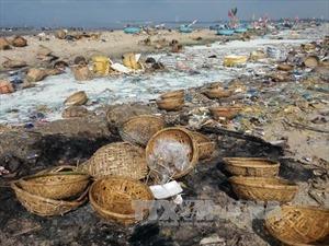Không có thu gom rác, cảng cá Long Hải ô nhiễm nặng