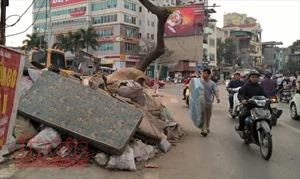 Nút giao Thụy Khuê – Văn Cao ngổn ngang rác thải