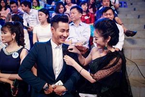 MC Nguyên Khang hội ngộ Diễm Quỳnh, tình tứ với Phi Thùy Linh tại lễ kỷ niệm 10 năm VTV6