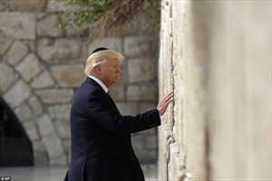 Tổng thống Mỹ đầu tiên cầu nguyện bên Bức tường Than khóc